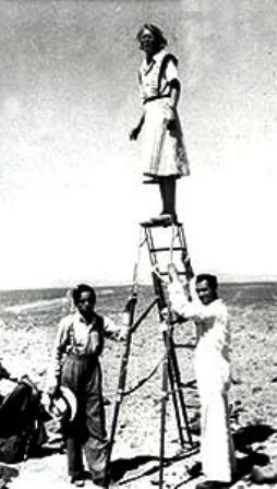 Maria-Reiche-1946-en-escalera